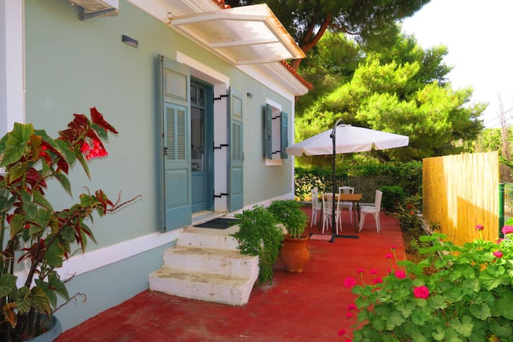 Bella Summer Bungalow - 75m from the beach!