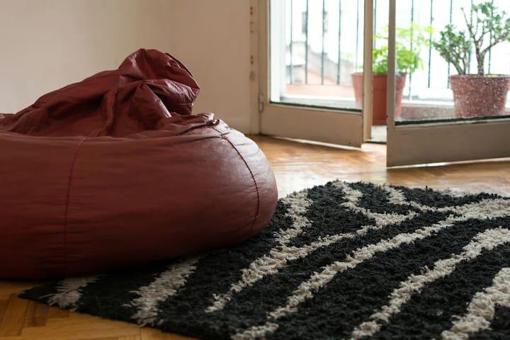 El living cuenta con 4 puffs y una alfombra para sentarse a descansar, escuchar música, leer y utilizar el wifi.