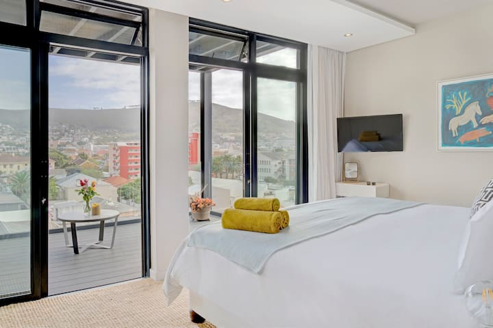Luxurious City Apartment, Ocean and  City Views