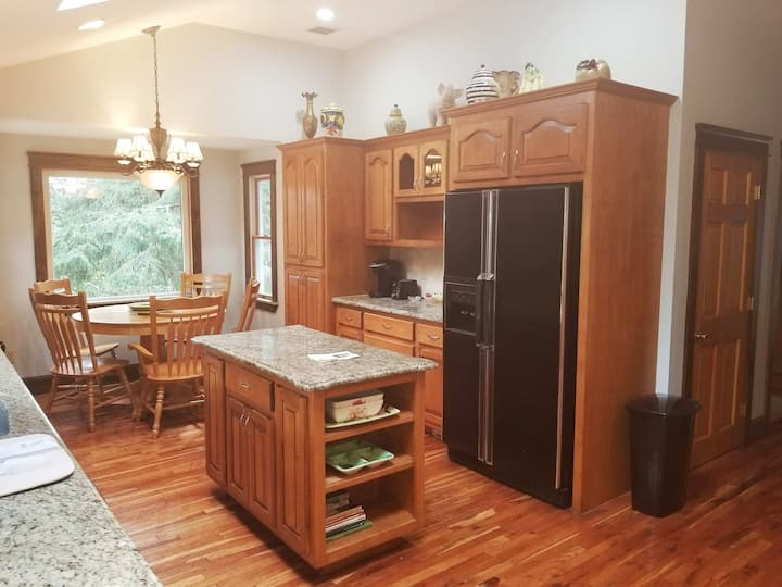 Spacious 2 bedroom Suite 15 miles from Boston