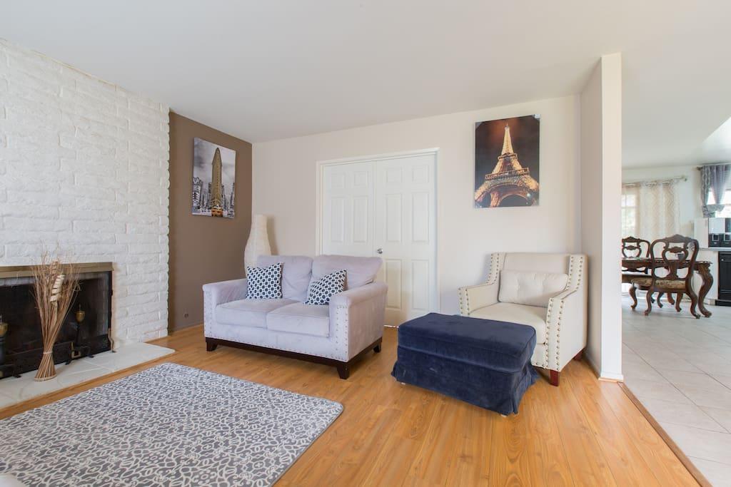 Traditional hillside DB house partial remodeled with the new model home furnitures. 擁有樣品屋內新式現代藝術傢俱,在古典的鑽石吧部分新裝修老宅中淡淡散發溫馨!