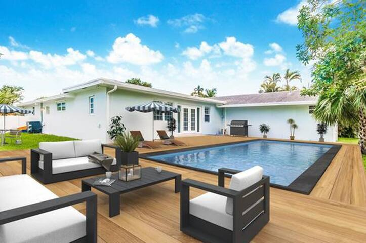 Luxurious Villa with Private Pool sleeps 10