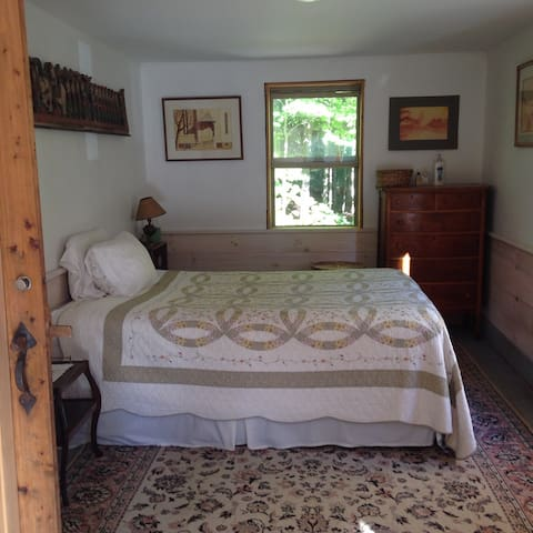 Charming, private cabin with mountain views