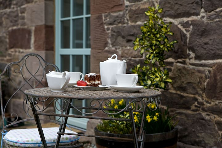 Locherlour Mill Cottage - High-quality finish property in historic Crieff, perfect for romantic breaks