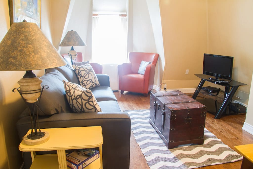 Living room with flat screen, cable TV and sofa bed, portable AC