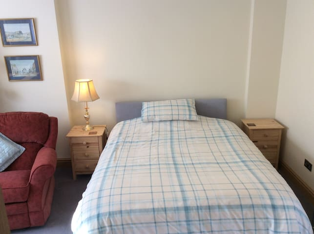Self contained en-suite room in central Hook