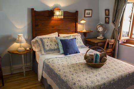 Un lit confortable, avec vue sur la terrasse arrière de la maison