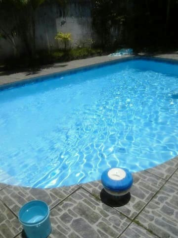 Quarto com vista para piscina