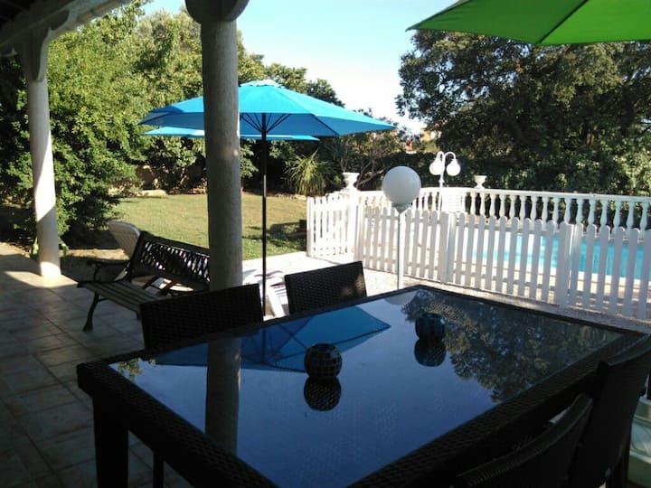 Villa individuelle avec jardin, piscine, au calme.
