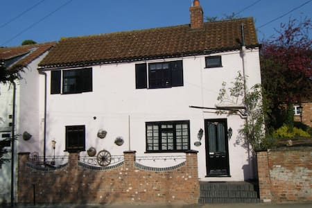 ROSEHIP PRETTY PERIOD  COTTAGE, Bingham,Notts - Bingham - Hus