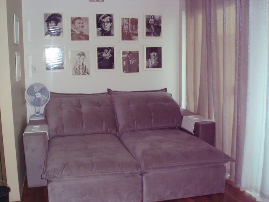 Sala de tv, com confortável sofá retrátil e reclinável. Acomoda para dormir um casal