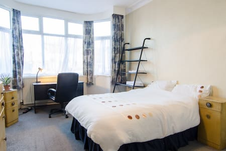 Large well presented room available - 曼徹斯特