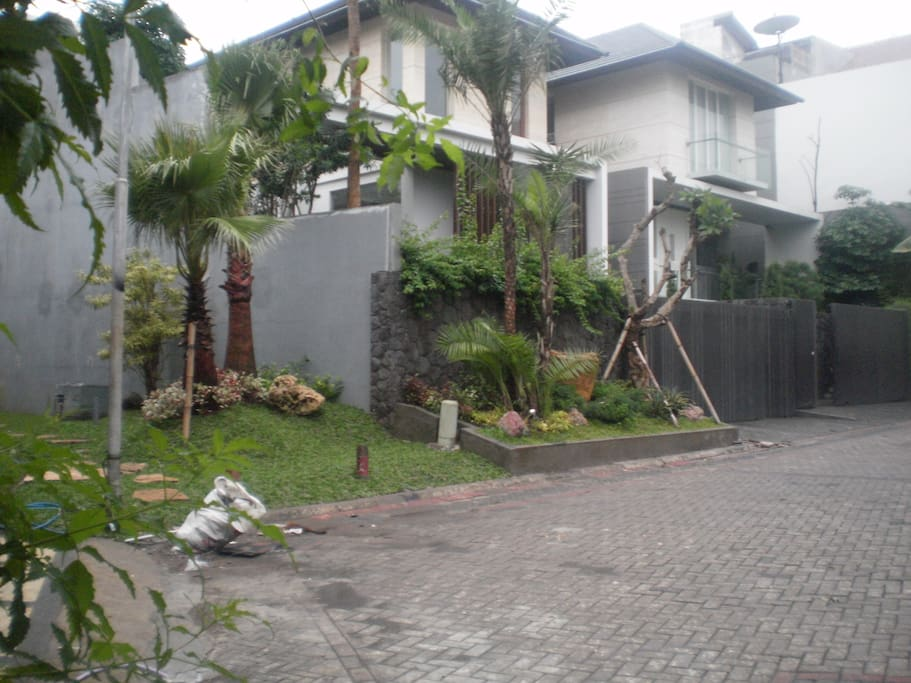 VIEW TO THE LEFT SIDE WITH PATHWAY TO PLAYGROUND (PANDANGAN KE ARAH KIRI DARI DEPAN RUMAH, ADA JALAN TEMBUS KE PLAYGROUND)