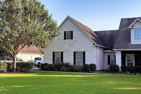 Beautiful Neighborhood in a Gated Community - Fulshear - House
