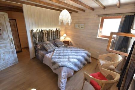 Amalou, chambre d'hôtes avec de beaux volumes - Trémouilles - Bed & Breakfast