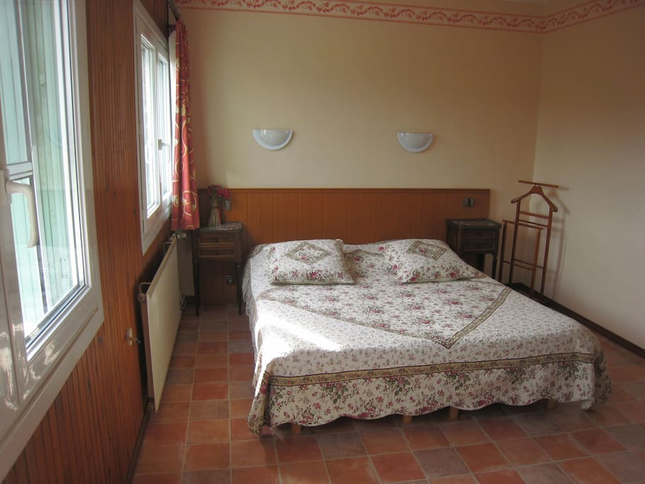 """Chambre """"vigne"""" climatisée - lit 160/200 avec douche-wc, télé"""