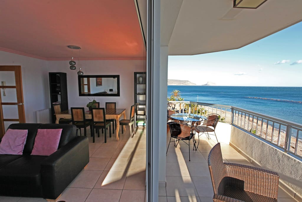 180-degree sea views from balcony and the living room!