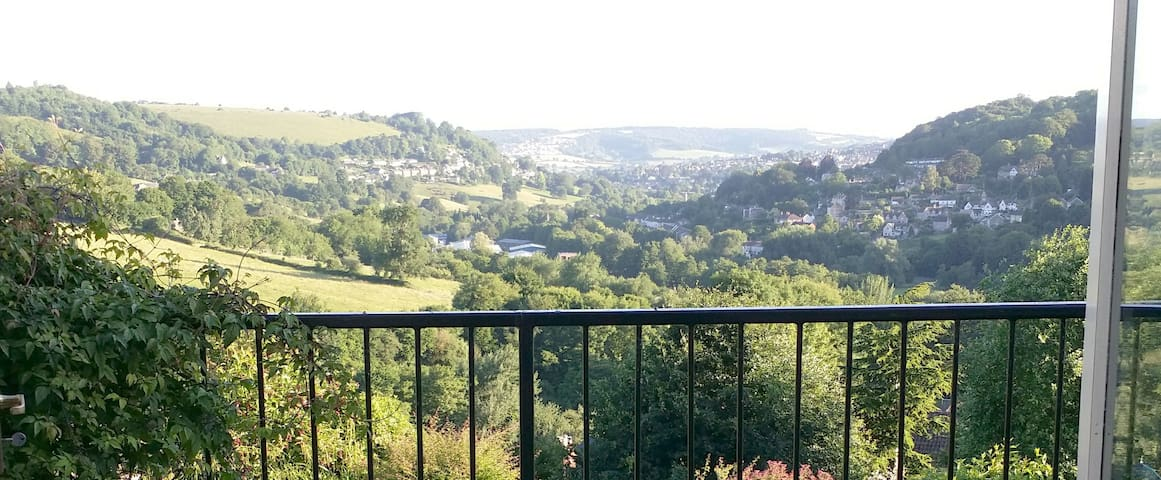 STUNNING  Cotswold VIEW at stylish cottage