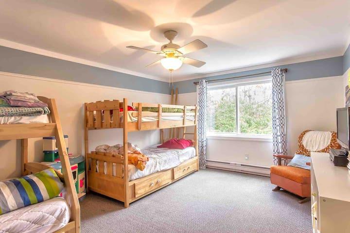 Chambre #4 Loft. 1 lit double superposé 2 lits simples superposés. Vue côté jardin/flanc de montagne. DVD/Blue Ray, Télé, Jouets pour enfants.