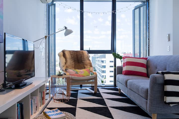 Modern Airy Apartment Off CBD -Kids & Pet friendly