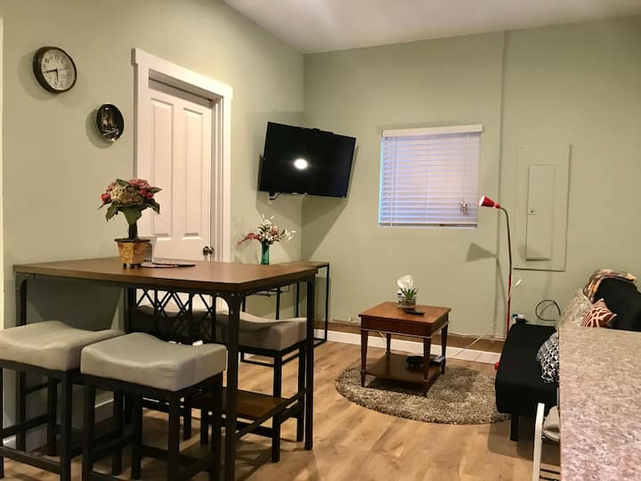 Lovely Suite w/t Kitchen-Near Lightrail/Airport