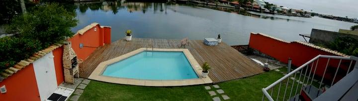 Uma ótima casa /tipo apê, de frente para piscina !