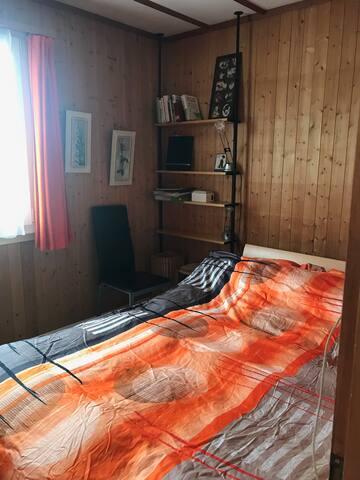 Schlafzimmer mit Dooppelbett im oberen Stock neben der Stube gelegen.