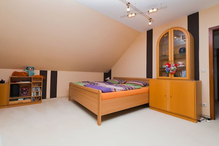 Big room with priv.bath and balcony - Wedemark - Apartment