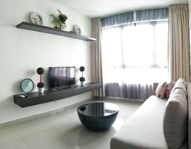 Suite 348 @ i-City: 2BR/4Pax/WiFi /Parking/Netflix