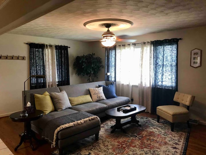 Cozy Convenience in the Foothills 1.5 mile to I 40
