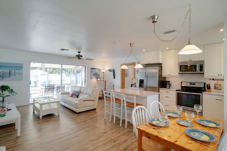 Bright and cozy pool house 7 min to beach
