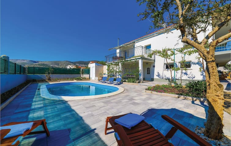 Semi-Detached with 4 bedrooms on 127m² in Trogir