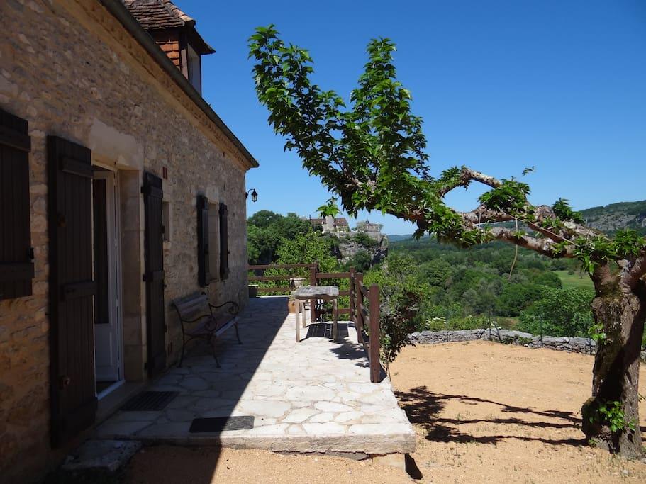Terrasse avec vue sur le  Chateau de Belcastel et la vallée de la Dordogne