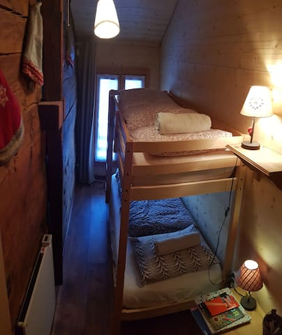 La chambre avec les deux lits superposés.