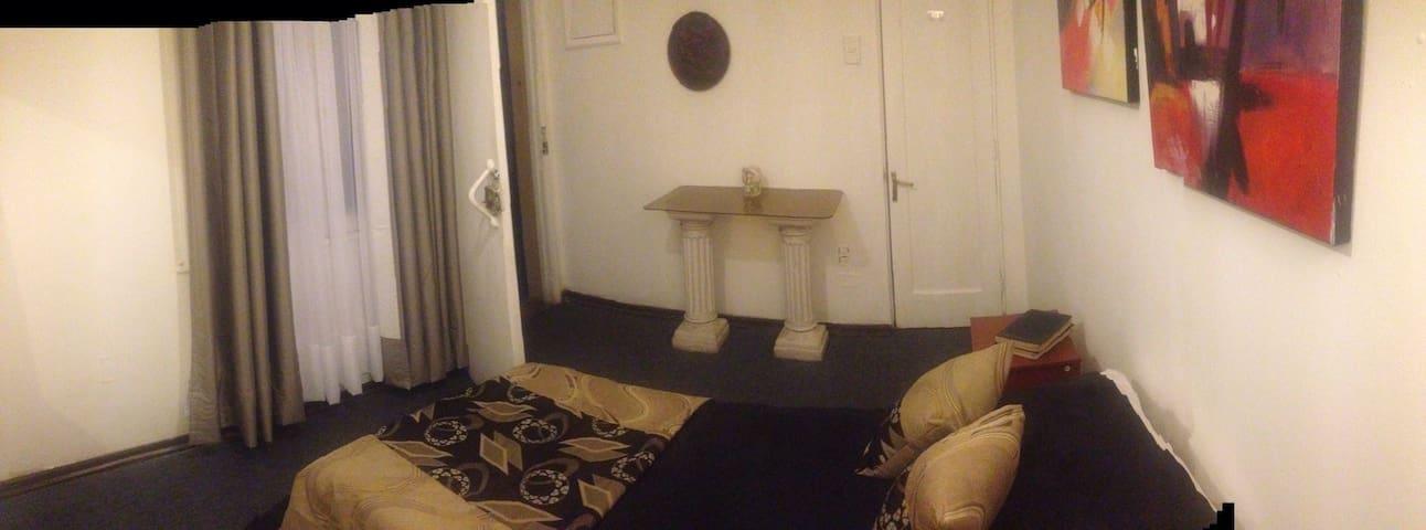 Habitación con derecho a baño. Posee entrada independiente