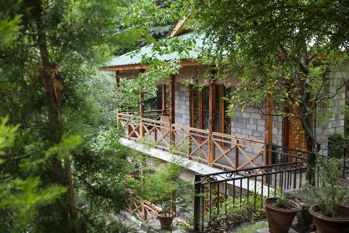 Scenic Private Room in a Riverside Forest - Manali - Srub