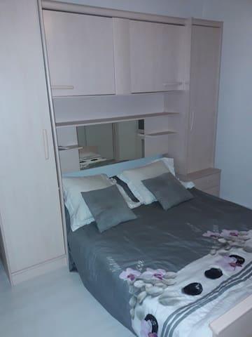 Loue chambre avec lit double, accès libre à tous