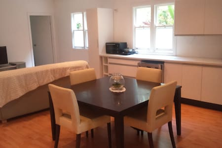 Close to airport clean and comfortable - Clayfield