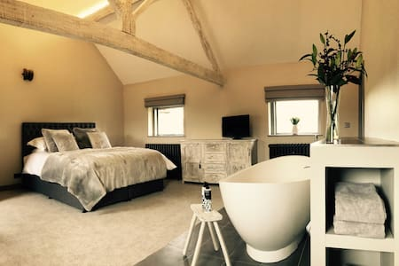 Stunning boutique suite with freestanding bath - Herefordshire