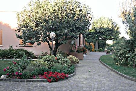 Splendida villa a due passi dal mare - La Croce - Aamiaismajoitus