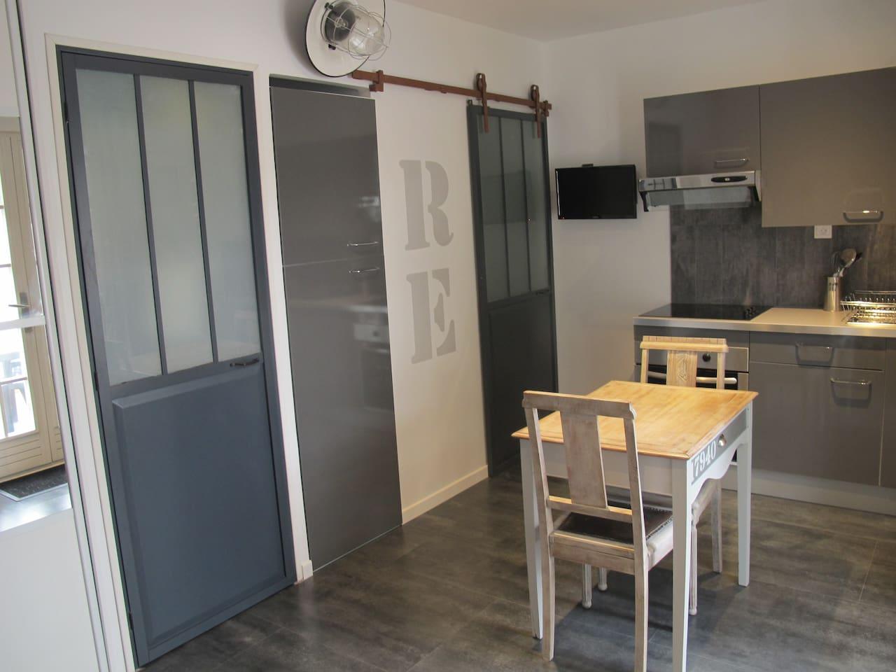 Une pièce pour le lave-linge, fer et table à repasser.