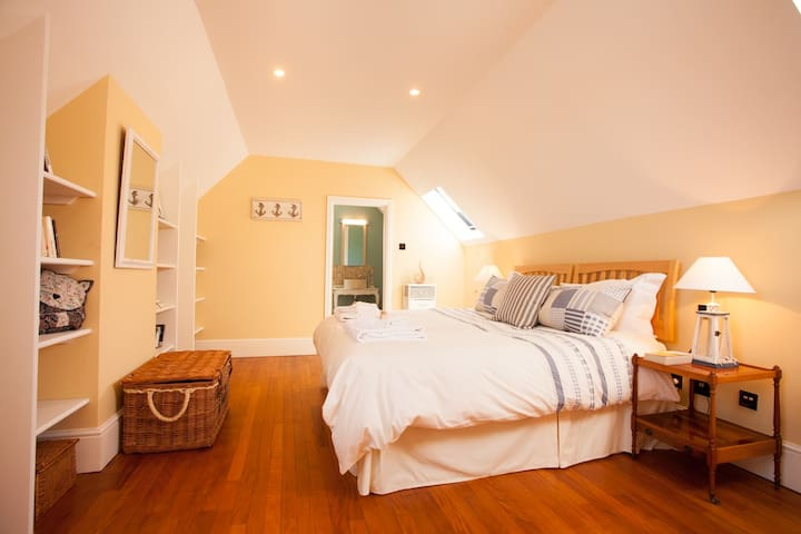 The Stables: Spacious and bright family bedroom (Cornflower Suite) with ensuite bathroom King-size bed + single sofa bed