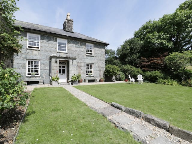 BWTHYN MORSE, family friendly, with open fire in Llanfair, Ref 984219