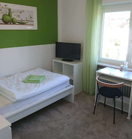 Modernes Zimmer & Bad am Fluß, nähe S-Bahn [G23]