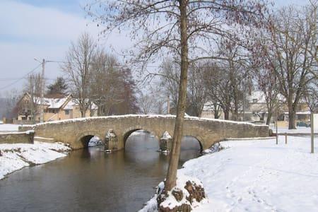 Chambre lit 2 places en Bourgogne - Salornay-sur-Guye