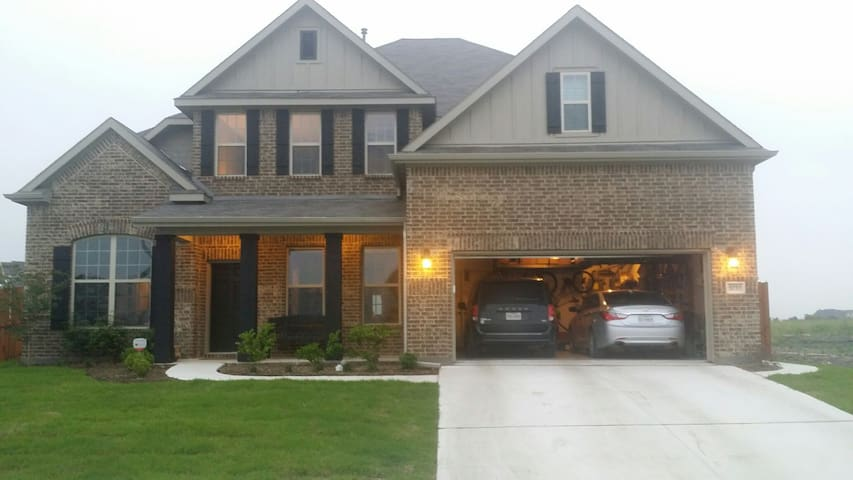 Immaculate 4 bd 3.5 bath sleeps 10 4000 Sq feet - Haslet - House