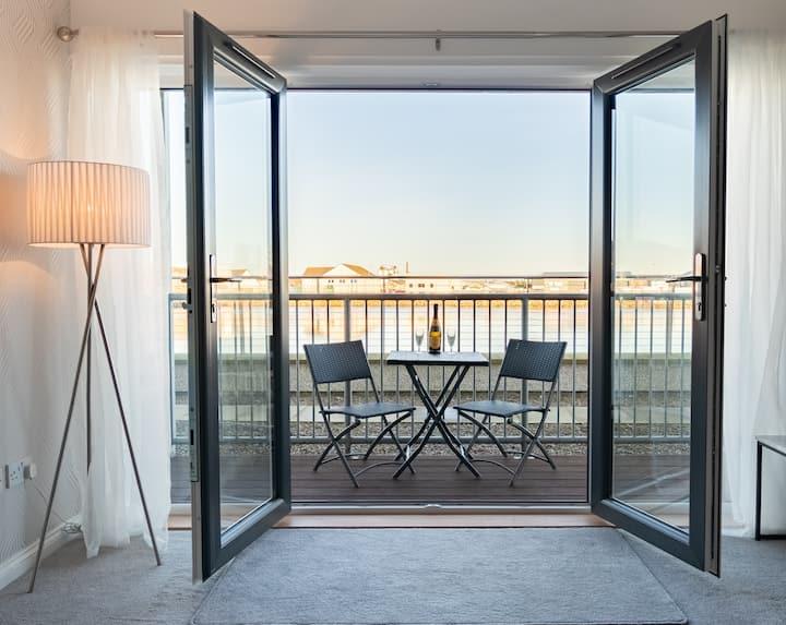 Luxury Riverside 2BR Apartment - Sleeps 4