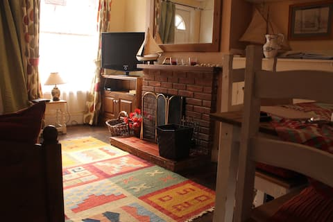 Charming Period dog friendly Mid Terrace cottage