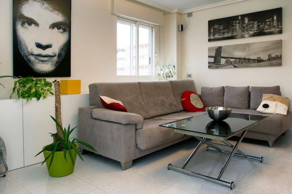 Salón comedor moderno y sofá cómodo y amplio