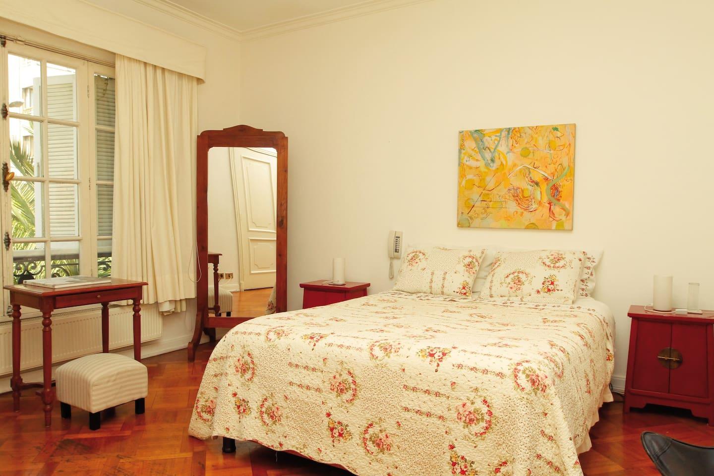 Habitación Superior Roha, amoblada con un estilo antiguo elegante, tiene calefacción central, TV cable y baño privado.